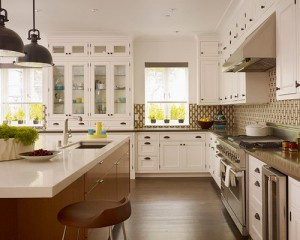 Phòng bếp với các vật sắc nhọn nên được cất kin đáo