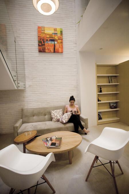 Giếng trời để tạo ra khoảng không tầng cho phòng khách thoáng đãng