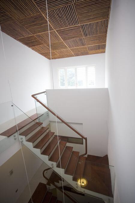 Cầu thang được kết hợp giữa kính và gỗ thêm sang trọng