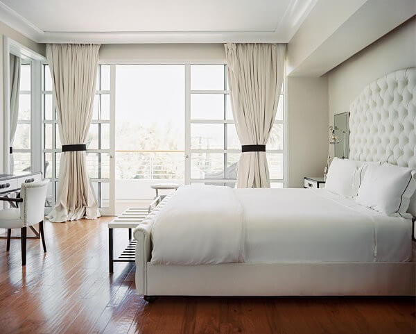 Phòng ngủ sử dụng gam màu trắng sáng, tạo cảm giác rộng rãi hơn sau sửa nhà.
