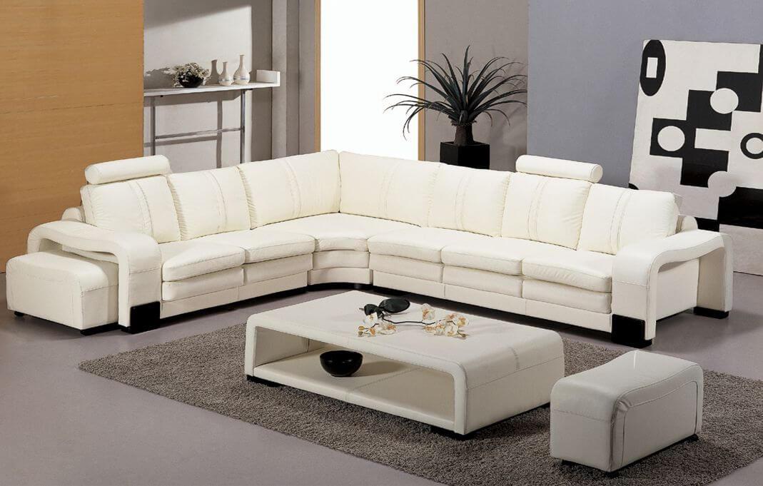 Sửa nhà với không gian phòng khách tông màu xám, kết hợp bộ sofa trắng nổi bật cho căn phòng.