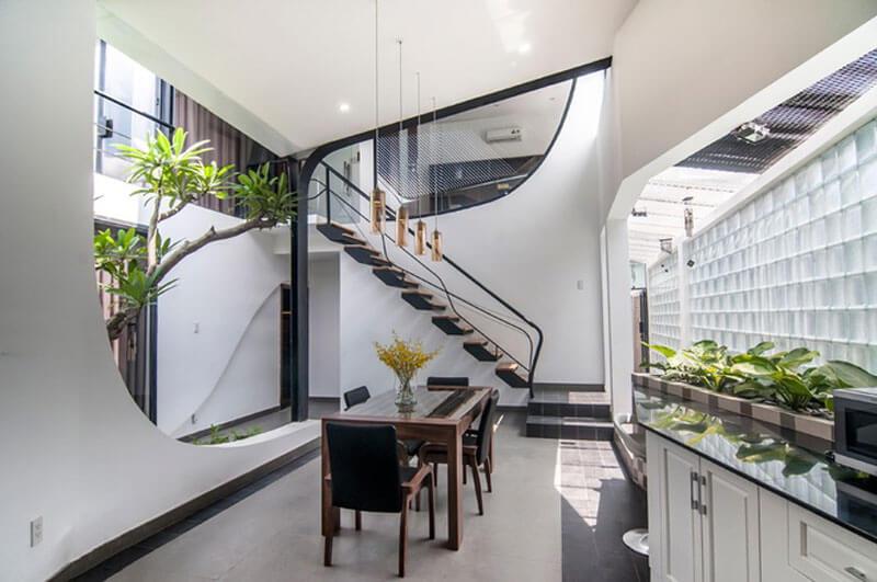 Phòng sinh hoạt chung dùng làm gỗ làm vách ngăn nhẹ lấy sáng từ cầu thang
