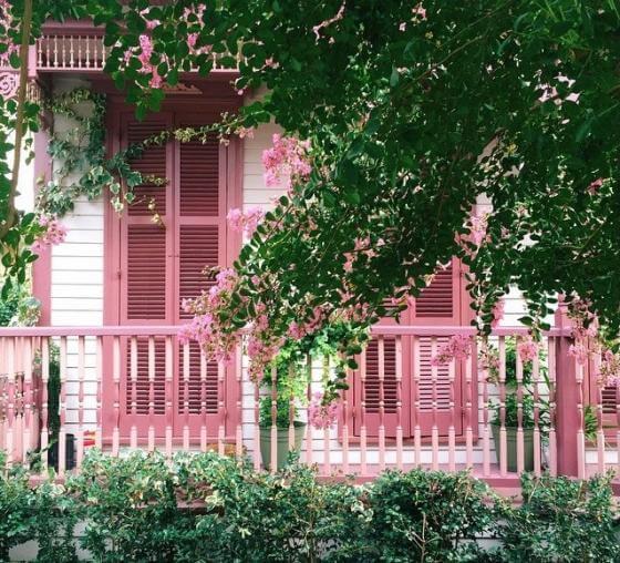 Dịch vụ sơn ngoại thất với gam màu hồng cho mặt tiền nhà