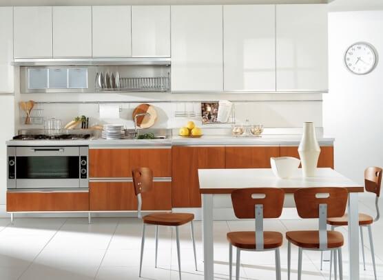 Mẹo sửa phòng bếp nhà ống tại Hà Nội trở nên sáng sủa rộng rãi với tông trắng, kết hợp nội thất nâu gỗ nổi bật, sang trọng.