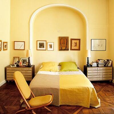 Sơn nhà trang hoàng màu vàng để tạo sự ấm áp cho phòng ngủ