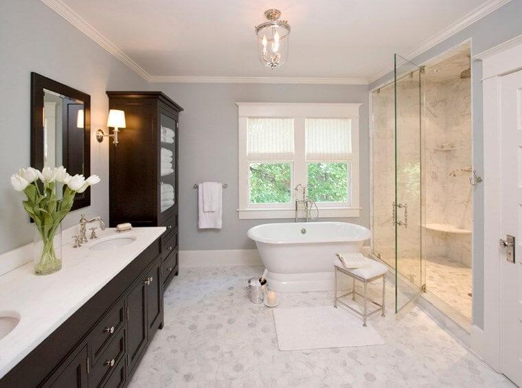 Sửa nhà tắm cũ trở nên như mới nhờ thay bằng gương mới đơn giản, khiến cho không gian trở nên sáng sủa