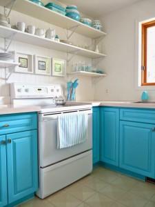 Sửa nhà bếp biệt thự bằng cách thay thế hệ tủ bằng một vài bức tranh treo tường làm cho căn bếp sinh động hơn