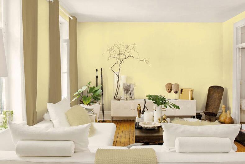 Sơn nhà với gam màu vàng-trắng mang lại cảm giác tươi vui cho phòng khách