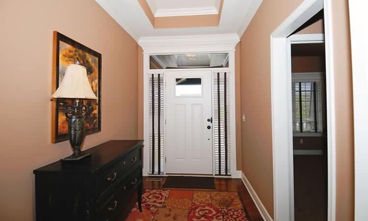 Khu vực hành lang được sơn màu riêng khi xây sửa lại nhà ống hai tầng chỉ với 500 triệu