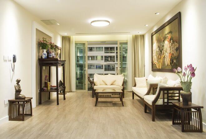 Phòng khách sau cải tạo được sử dụng nhiều đồ đạc của nhà cũ nhưng vẫn rất sang trọng, trang nhã