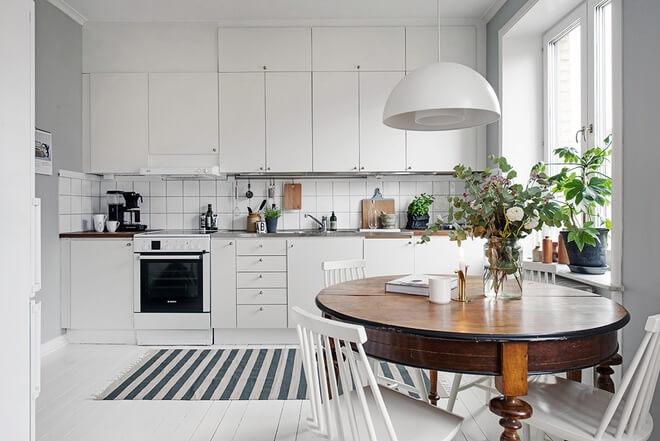 Bếp trước cải tạo căn hộ, bị tách biệt với phần còn lại của ngôi nhà. Sau khi đập bỏ tường ngăn, rộng thoáng, liên thông phòng khách.