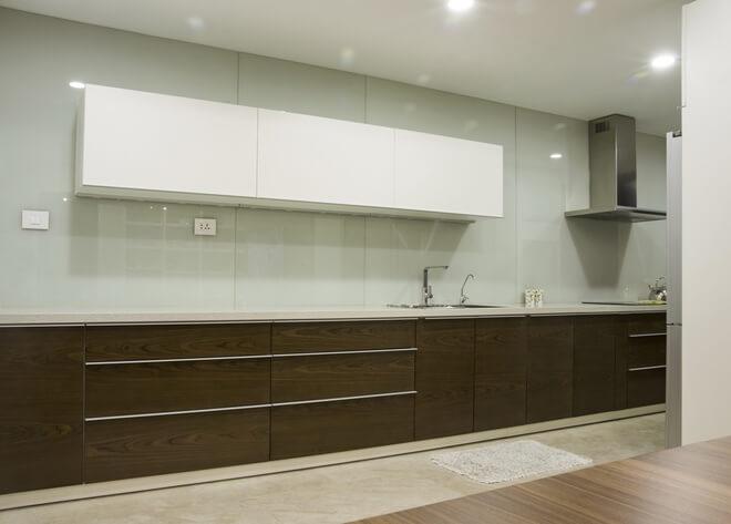 Hệ bếp sau cải tạo căn hộ được thiết kế gọn gàng đơn giản nhưng chứa được lượng đồ đạc rất lớn.