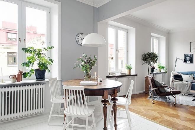 Bức tường ngăn giữa phòng khách và bếp đã được phá bỏ là thay đổi lớn nhất trong cải tạo căn hộ này.
