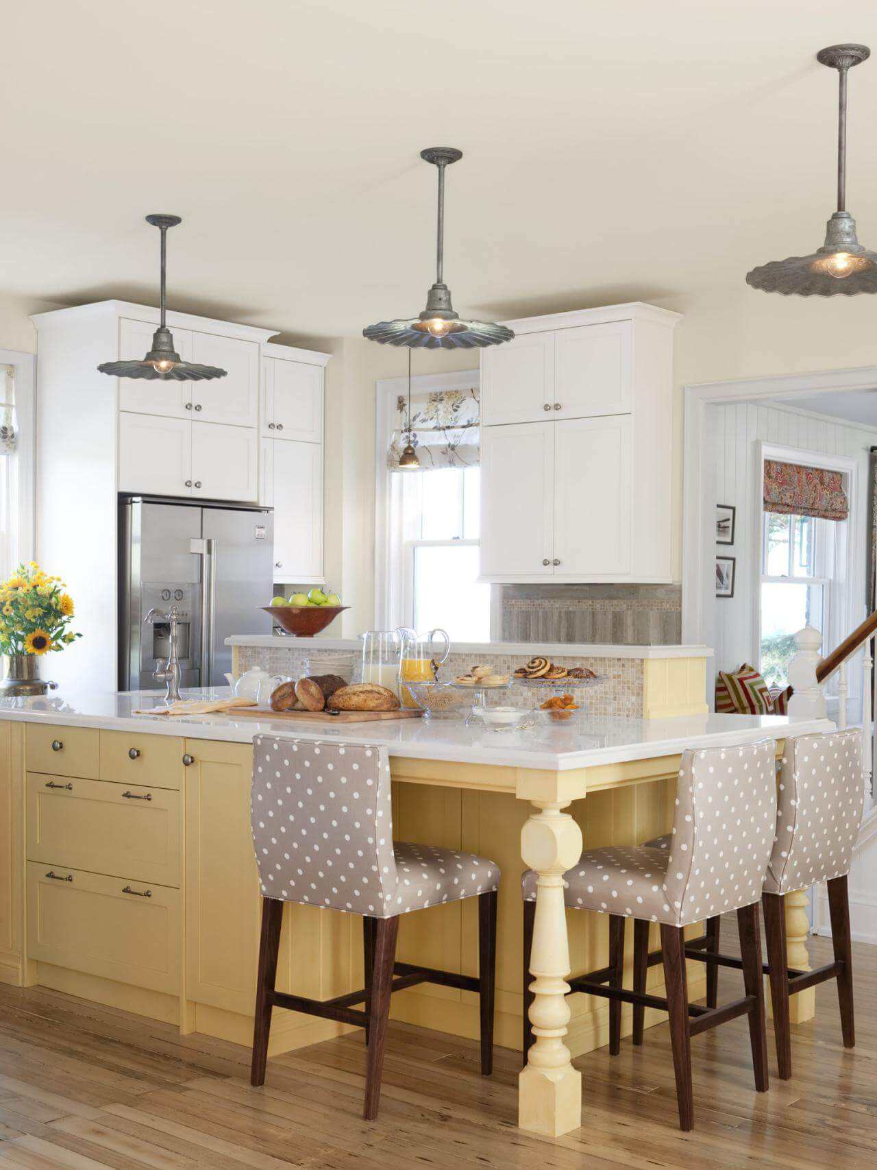 Sơn phòng bếp đẹp với gam màu trắng trở nên rất đáng yêu với gam màu be nhẹ nhàng của thân bàn bếp kết hợp hài hòa cùng những chiếc ghế độc đáo.