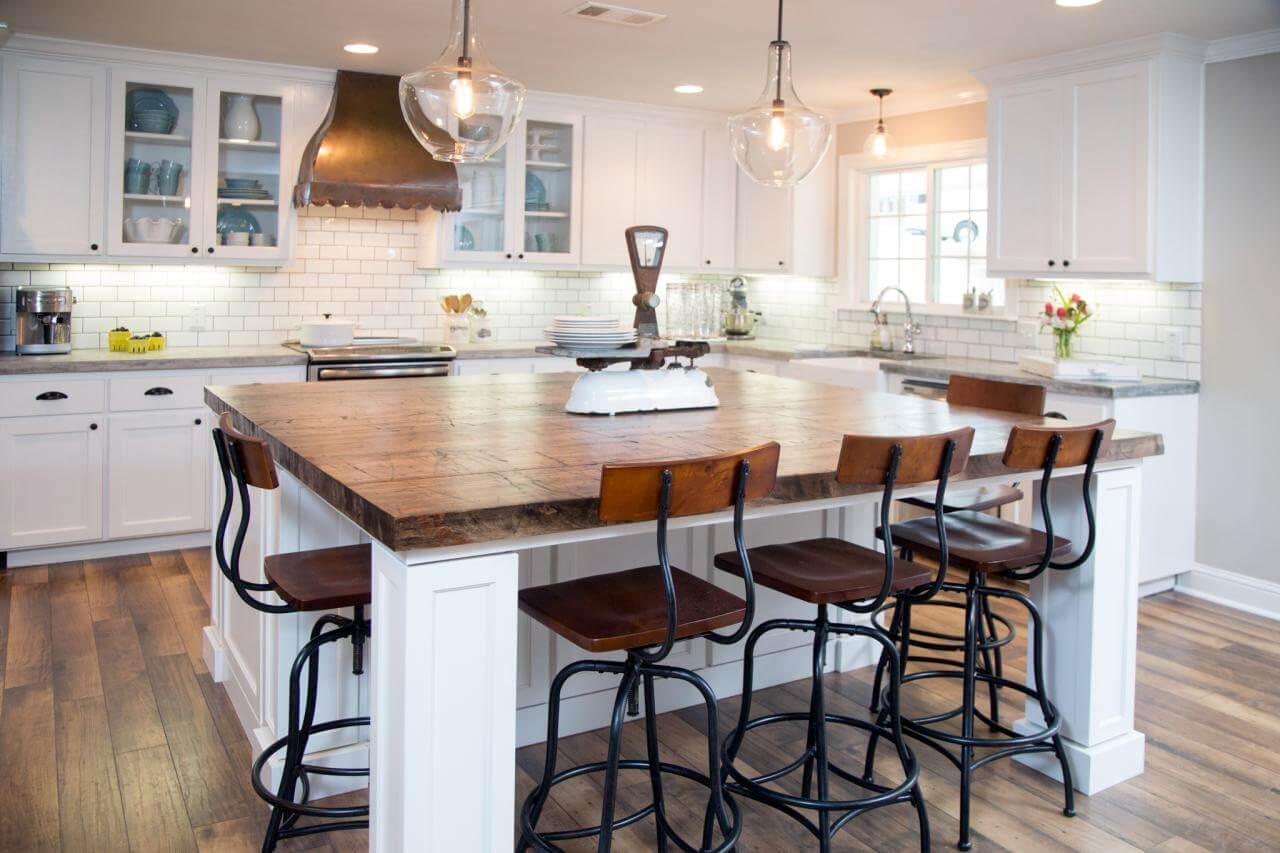 phòng bếp này thì đậm chất dịu dàng. Không gian hài hòa nhờ sự kết hợp ăn ý của màu xanh, trắng sơn phòng bếp đẹp, tinh tế.