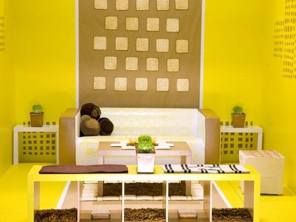 Sơn phòng khách với màu vàng ấm áp, sang trọng.