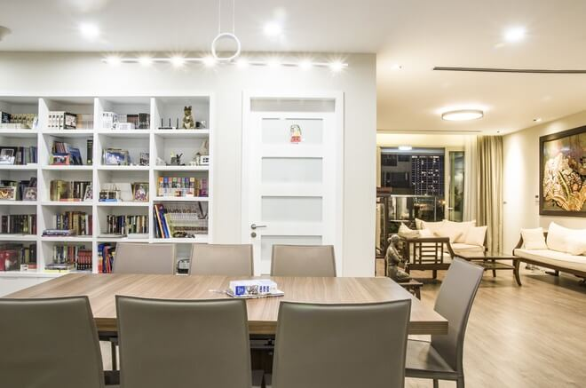 Phòng khách không đặt tivi mà bày bàn thờ cho trang trọng, còn tivi ít dùng để ở bàn ăn là chỗ sinh hoạt chung của cả gia đình sau khi cải tạo căn hộ chung cư.