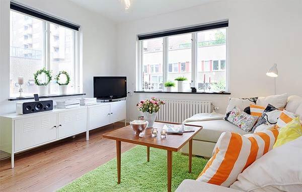 Phòng khách với tông trắng, không gian rộng rãi sau cải tạo căn hộ.