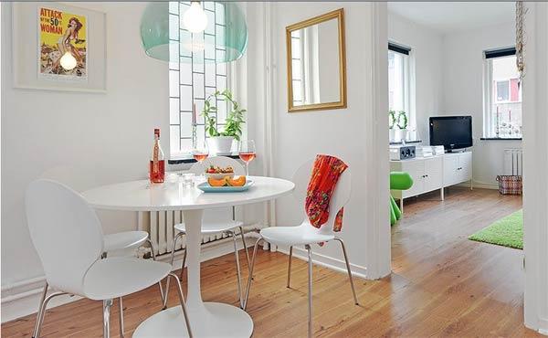 Mẫu cải tạo căn hộ với phòng ăn nhỏ, gọn gàng với tông trắng, hệ thống tủ thông minh nên hai căn phòng này vẫn rất đẹp mắt.