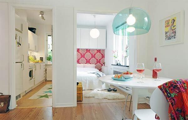 Mẫu cải tạo căn hộ với không gian bếp và phòng ngủ bố trí về hai phía chiều rộng của căn phòng