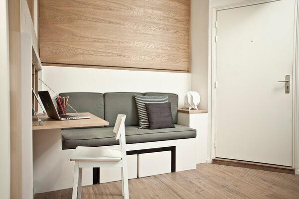 Khi gấp giường lên, bạn sẽ có ngay phòng khách gọn gàng và nếu cần chỉ cần vài thao tác tháo, kéo, là có cả bàn làm việc tiện dụng, thật ấn tượng với mẫu thiết kế căn hộ nhỏ này.