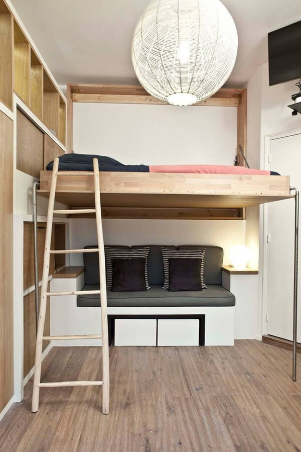 Giường ngủ dạng tầng lửng tiết kiệm tối đa không gian trong mẫu thiết kế căn hộ nhỏ. Lối dẫn lên tầng ngủ là chiếc thang nhỏ, dễ cất gọn cơ động.