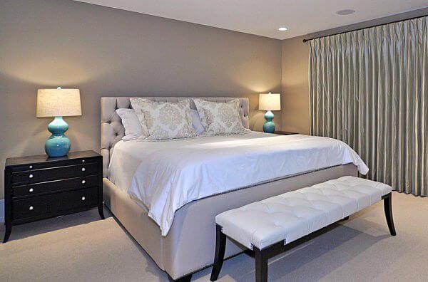 Phòng ngủ sơn một gam màu hiện đại và dễ phối khác là màu xám nhạt.