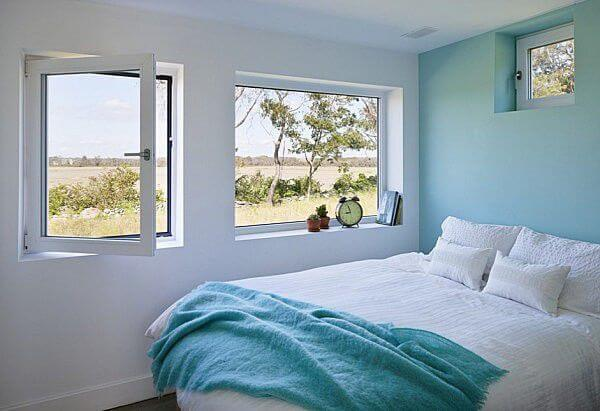 Sơn phòng ngủ với điểm nhấn là bức tường màu xanh nước biển, căn phòng ngủ này trở nên thật yên bình và nhẹ nhàng