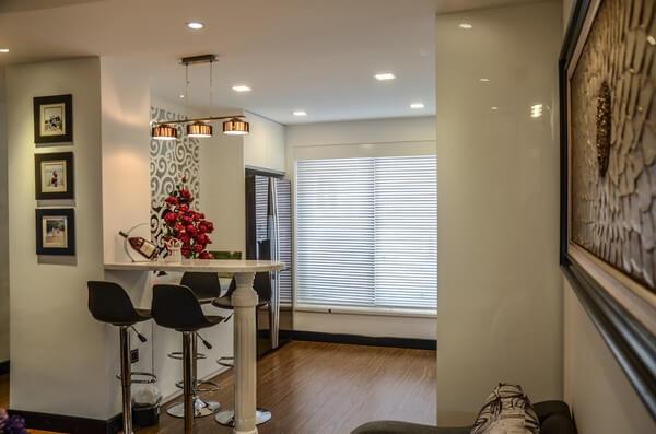 Sửa chữa cải tạo căn hộ với không gian quầy bar nhỏ xinh có tác dụng phân định không gian căn hộ.