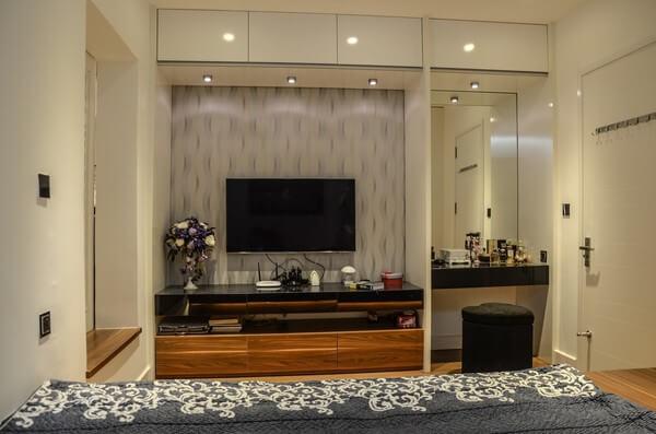 Phòng ngủ chính, nội thất tối giản, cửa sổ cũ được mở rộng nhằm nhận được nguồn sáng vào phòng, sau sửa chữa cải tạo căn hộ tập thể cũ này.