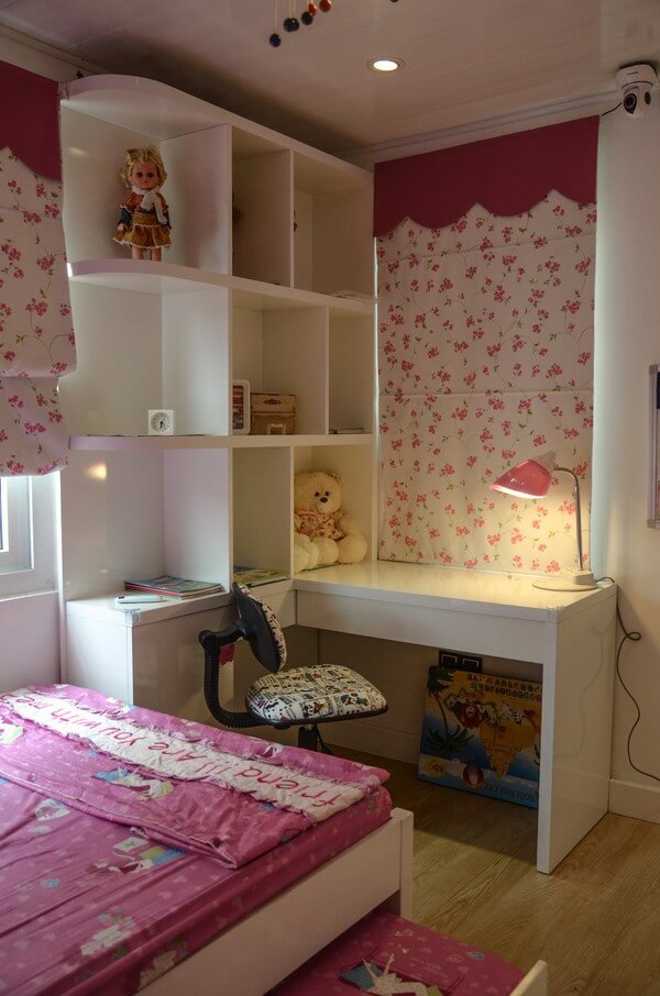 Sửa chữa cải tạo căn hộ với phòng ngủ của con cực đáng yêu với màu hồng cho bé gái, kết hợp bàn học, kệ sách nhỏ nhưng hợp lý.
