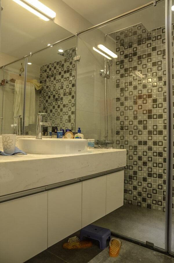 Sửa chữa cải tạo căn hộ với phòng tắm, thiết kế tối giản, thoáng rộng, sạch sẽ.