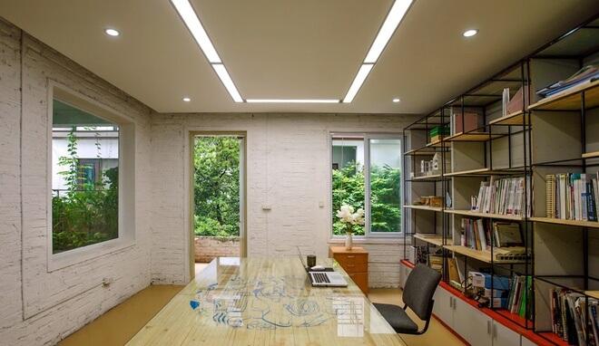 Phòng họp với tầm nhìn ra các khoảng xanh giúp mọi người có thể bớt căng thẳng, không gian rộng rãi, xanh mát sau sửa chữa cải tạo nhà 3 tầng bỏ hoang.