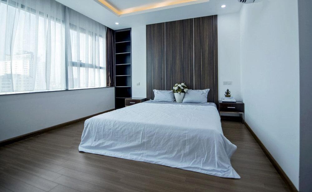 Các phòng ngủ được thiết kế đơn giản nhưng đầy đủ những tiện nghi tạo nên sự rộng rãi, sau khi sửa chữa nhà.