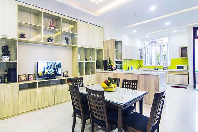 Ngôi nhà cải tạo sửa chữa với hệ thống tủ âm tường tiện dụng giúp không gian bếp rộng hơn mà vẫn có chỗ lưu trữ.
