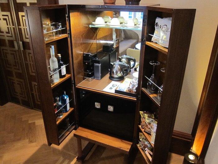 Sửa căn hộ với góc quầy bar phân định không gian