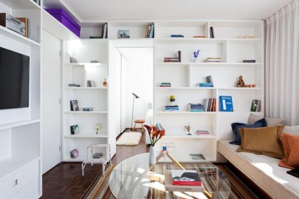 Cải tạo căn hộ, với bức tường trắng và đồ nội thất đa dụng góp phần không nhỏ trong việc tạo ra các đường nét thanh lịch.