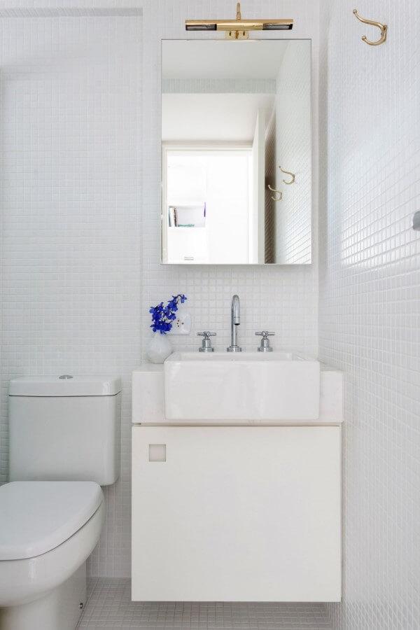 """Phòng tắm nhỏ nhắn được lắp gương lớn để tạo sự phản chiếu nhằm """"ăn gian"""" diện tích, trông mẫu cải tạo căn hộ này."""
