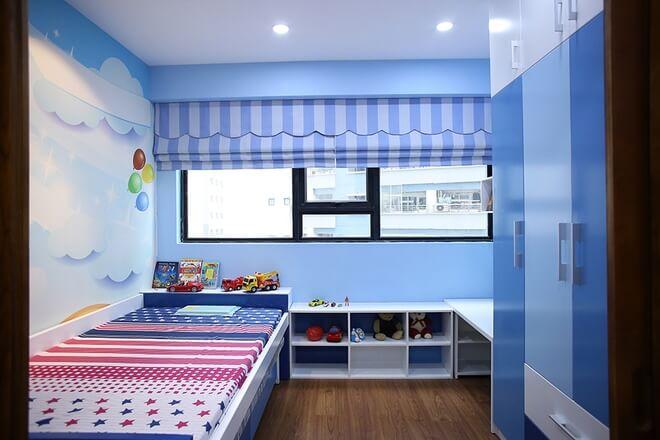 Cải tạo nhà chung cư thêm phòng ngủ cho em bé 3 tuổi thích màu xanh và ôtô nên được trang trí sẵn một căn phòng xinh xắn và nhiều ánh sáng cho con.