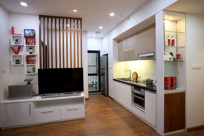 Không gian bếp được cải tạo để kích thước dài hơn giúp chủ nhà thoải mái khi nấu ăn, tiện nghi, hiện đại sau khi cải tạo nhà chung cư này.