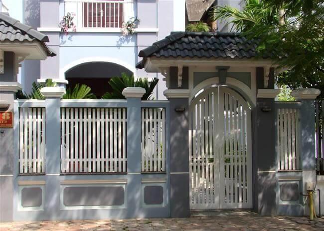 Cổng lệch trục so với cửa chính giúp lối vào nhà giảm bớt trực xung, theo phong thủy trong xây sửa nhà.