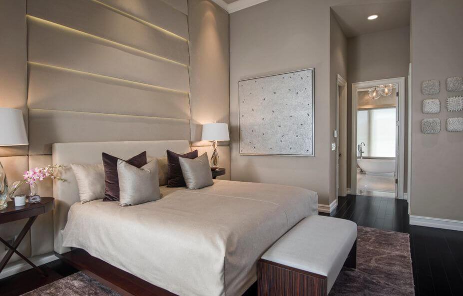 Phòng ngủ đơn sắc lãng mạn với sắc sơn nâu và thêm chút màu kim loại bóng giúp phòng ngủ lấp lánh mà không bị quá độ.