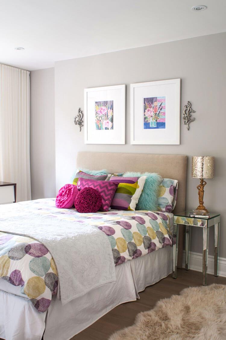Màu sắc sơn nâu ấm cúng, sôi nổi để tạo cảm giác đầy sức sống cho không gian phòng ngủ.