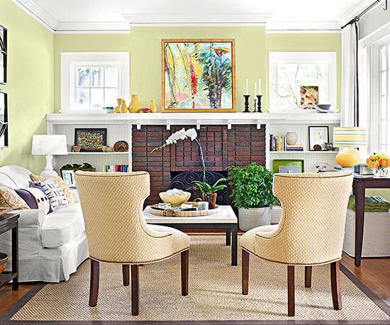 Phòng khách nhỏ nhưng rất ấn tượng và ấm cúng với sắc vàng, sau khi phòng khách sơn sửa lại