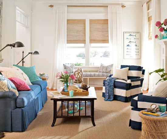 Căn phòng tông trắng chủ đạo, kết hợp sắc xanh nội thất, luôn mang đến cảm giác bình yên, sau khi phòng khách sơ sửa.