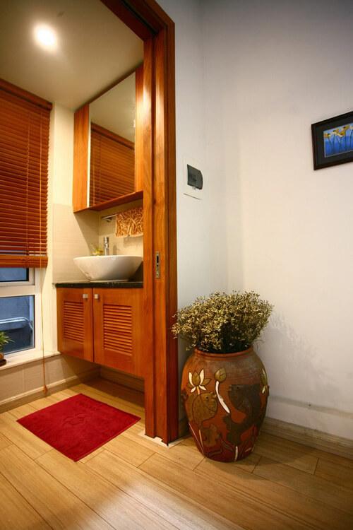 Nhà vệ sinh với bồn rửa tay, sau khi sửa chữa cải tạo nhà ống này, được tách biệt hẳn với WC giúp để sảnh tầng có thêm không gian đồng thời tận dụng ánh sáng, thông gió bằng ô cửa sổ nhỏ sau nhà.