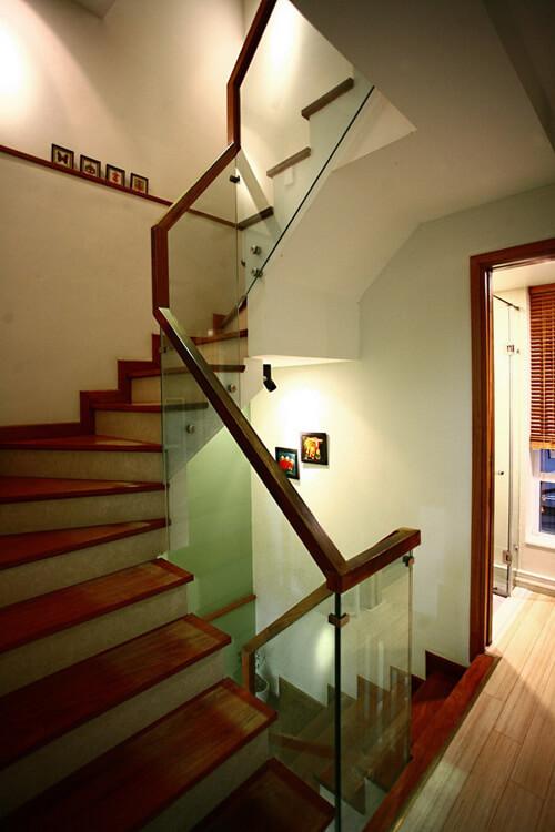 Sửa chữa cải tạo nhà ông, với chất liệu gỗ kết hợp lan can kính, cầu thang nhỏ nhưng hiện đại, khỏe khoắn.