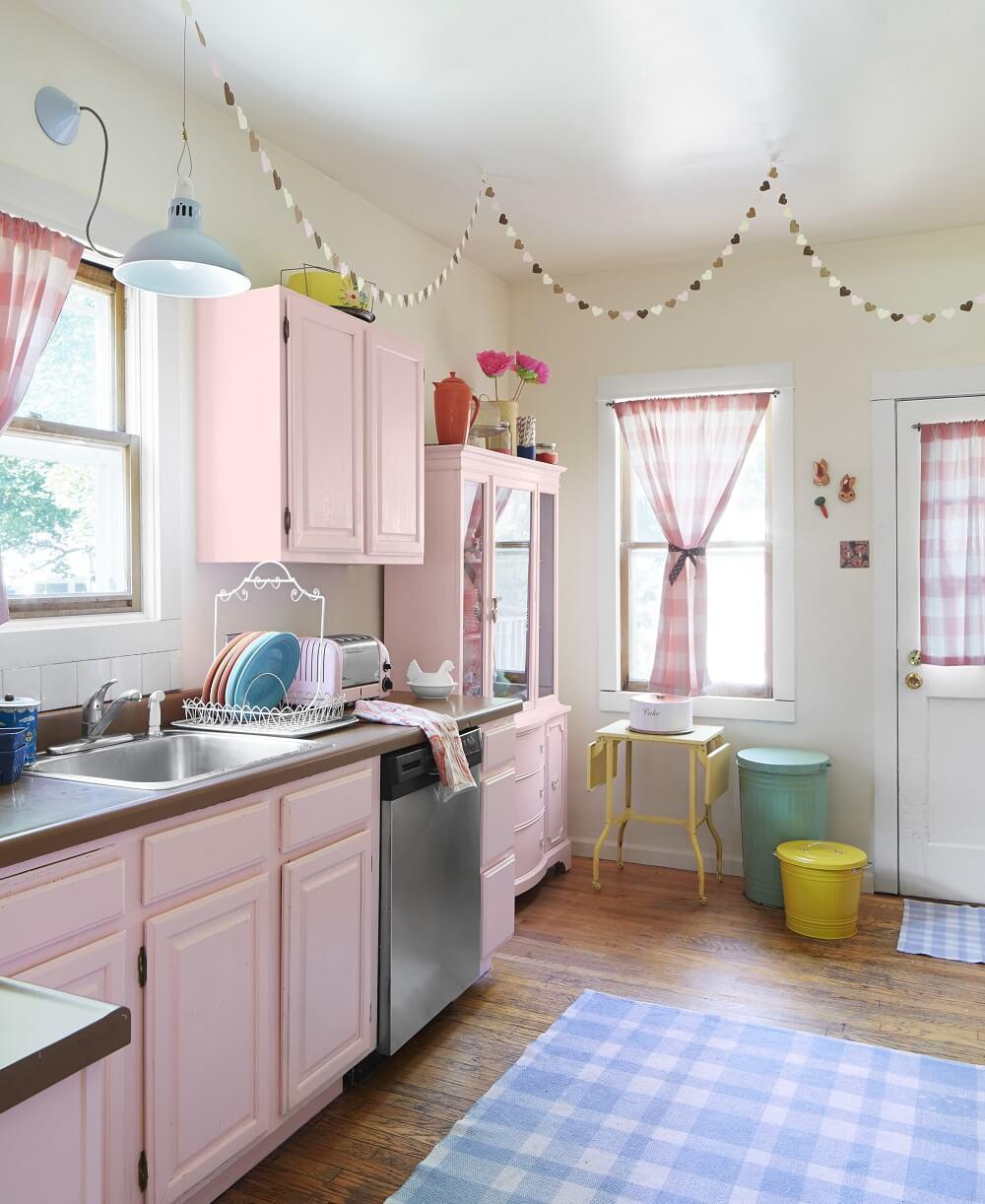 Mẫu nhà bếp đẹp khi kết hợp bộ ba hồng – đen – trắng lại với nhau thì hiệu quả lại hoàn toàn khác với vẻ đẹp hiện đại, tinh tế, đầy lôi cuốn.