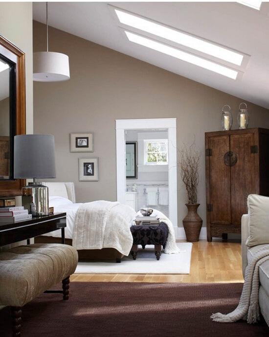 Sơn phòng ngủ, trần hoặc ốp trần thạch cao với những gam màu như trắng, kem giúp trần nhà trông có vẻ cao và thoáng hơn