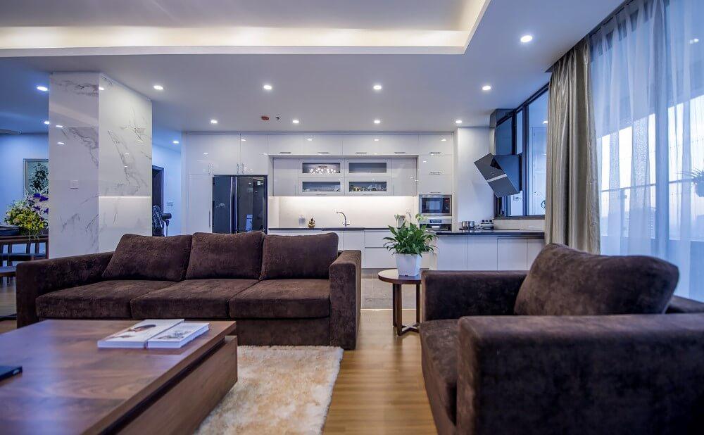 Căn hộ lựa chọn gam màu trắng chủ đạo, kết hợp nội thất nâu trầm làm điểm nhấn, sau sửa chữa cải tạo nhà chung cư này.